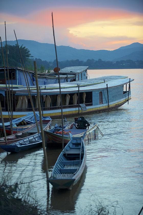 Embarcations sur les rives du Mékong à Luang Prabang