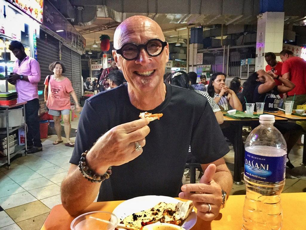 Alain dans un food-court