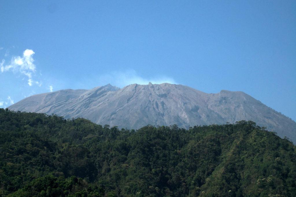 Fumerolles au sommet du volcan Agung