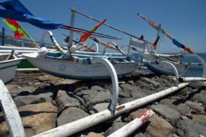 Prahu sur la plage de Seraya