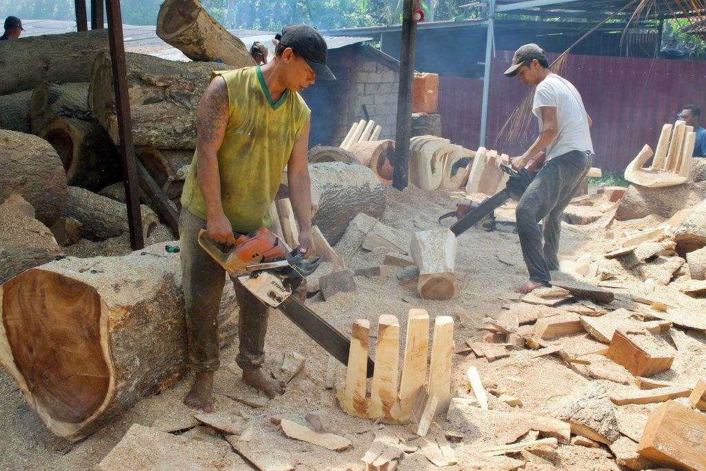 Façonnage d'un siège en forme de main à la tronçonneuse