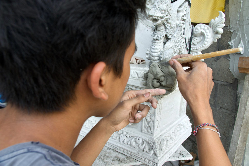 Jeune sculpteur sur ciment