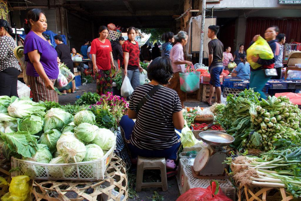 Sur le marché matinal d'Ubud