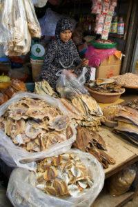 Dans le marché couvert de Kampot au Cambodge