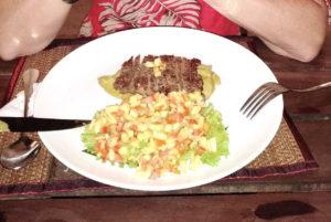 Bœuf sur purée d'avocat et salade salsa
