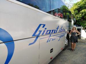 Chantal Diveu devant notre bus Giant Ibis