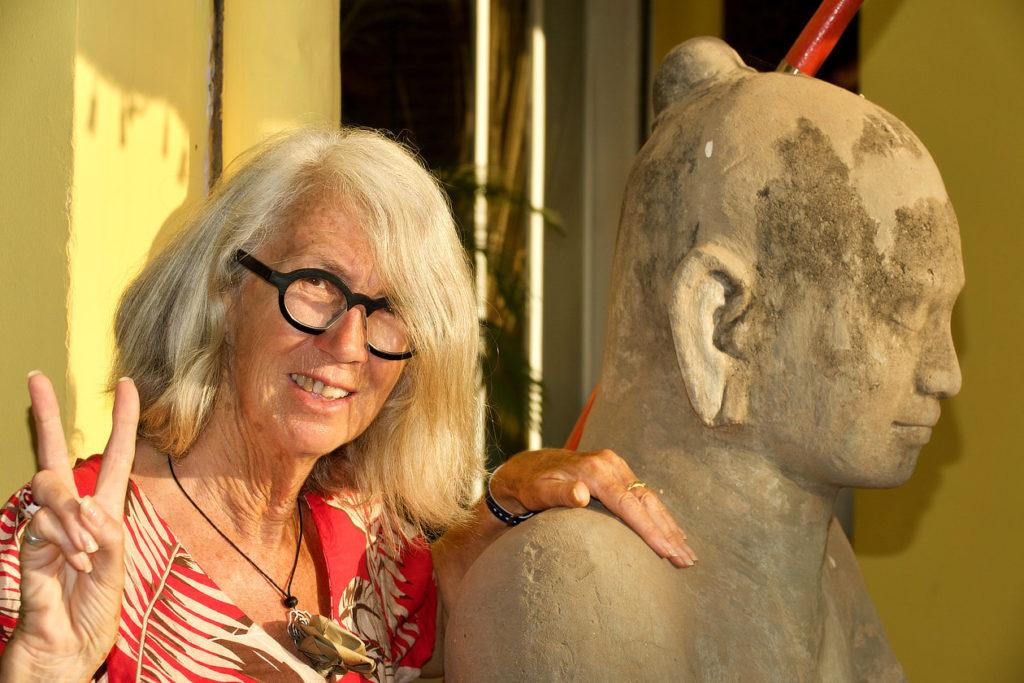 Chantal et SA statue de Siem Reap