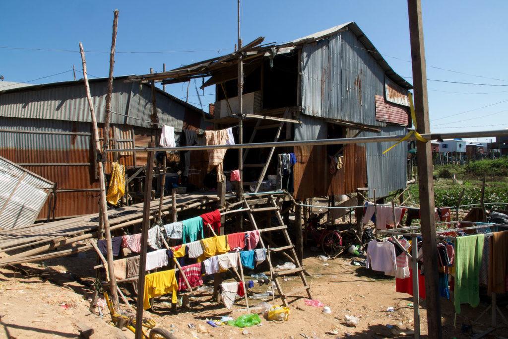 Maison modeste dans un village du Tonle Sap