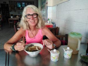 Chantal et sa soupe du petit-déjeuner à Krabi